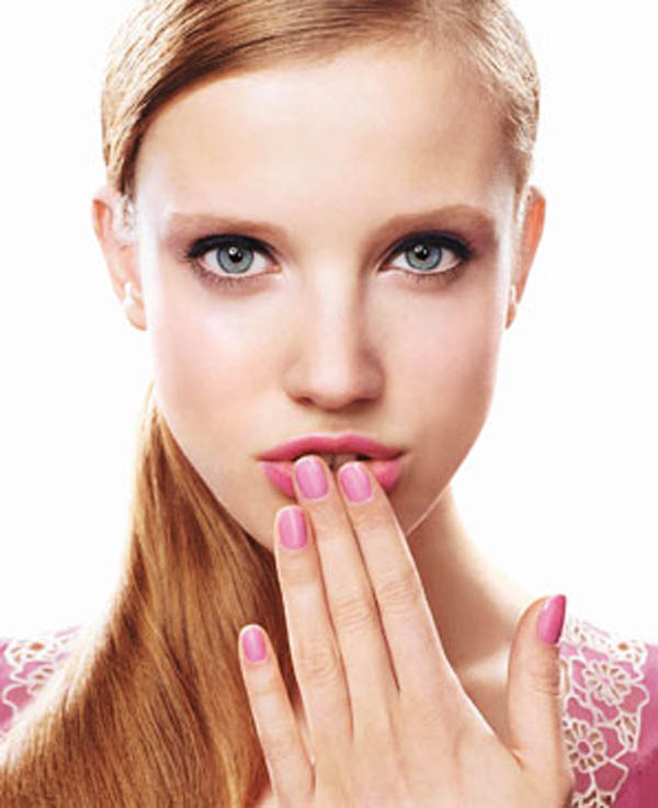 0505 woman hand covering mouth at Koji lak za nokte da odaberete ako ste poslovna žena?