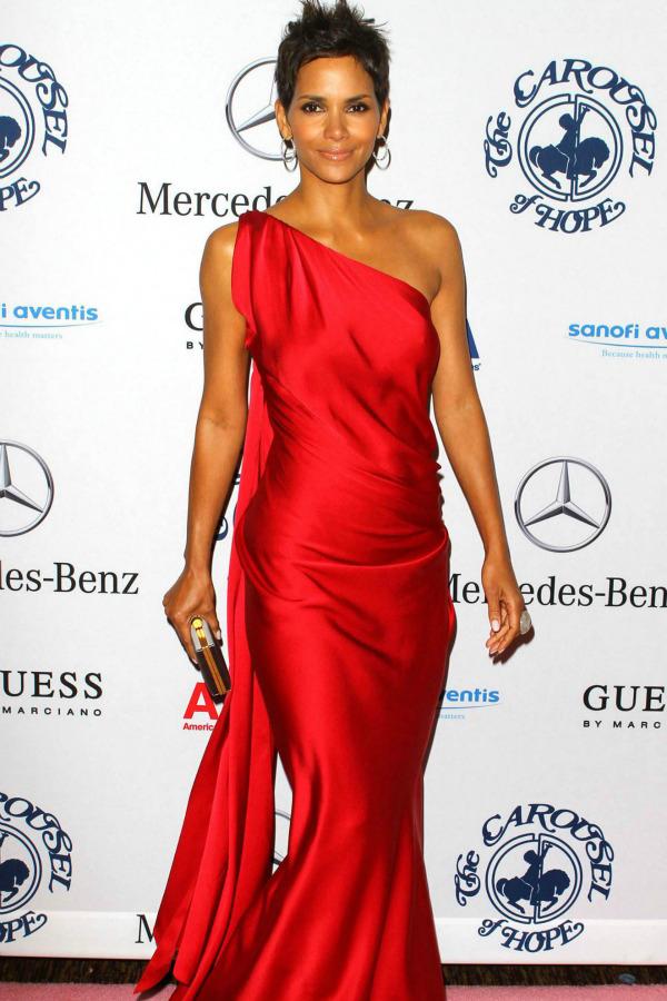 26 10 haljina: Halle Berry