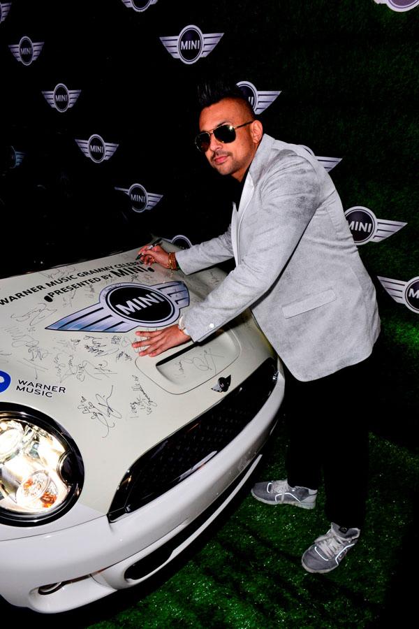 Son Pol na dodeli Gremija potpisuje MINI automobil Luda MINI žurka seli se iz Los Anđelesa na Kop!
