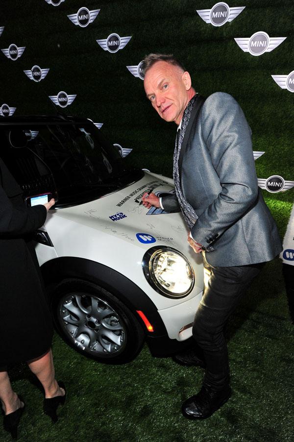 Sting na dodeli Gremija potpisuje MINI automobil Luda MINI žurka seli se iz Los Anđelesa na Kop!