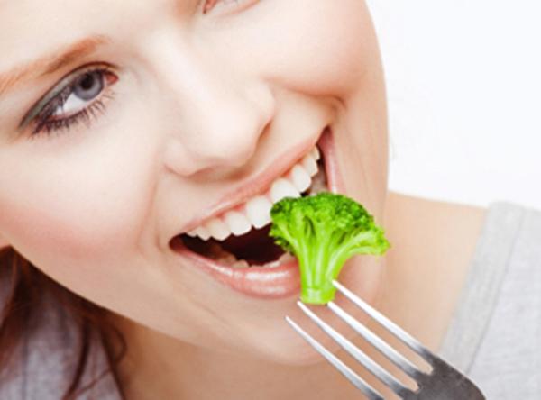 WomanEatBroccoli 10 ključnih saveta za zdravo gubljenje težine (1. deo)