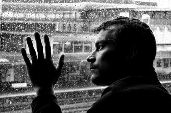 sad man and rain 1330349202vkv Striptiz za pismene: Samo nemoj da se zaljubiš