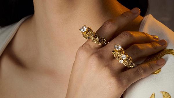 shiny jewelry and pieces glamorous gold and stylish silver jewelry Aksesoari koji dobro idu uz šljokice