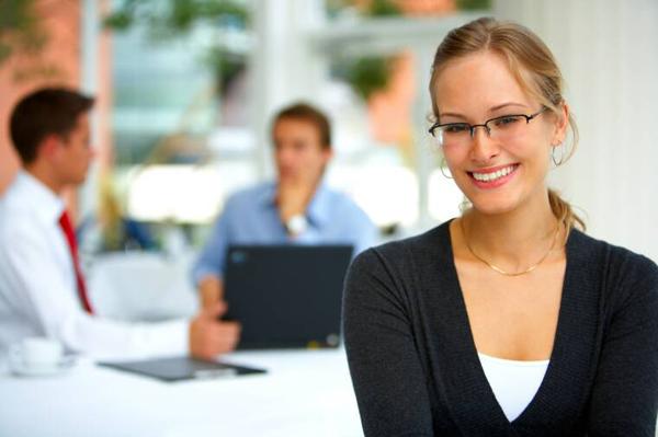 woman in office 10 sigurnih načina da oduševite svog šefa (2. deo)