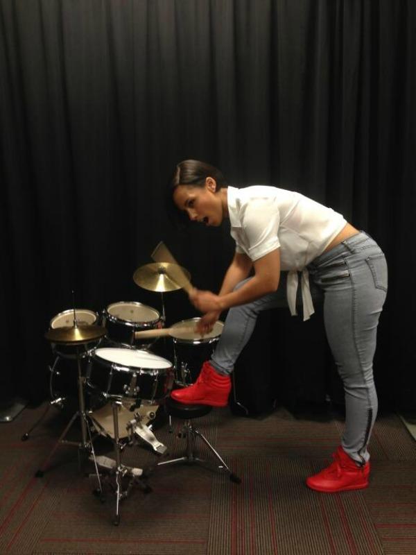 Alisa Kiz svira bubnjeve Twitter na crvenom tepihu: Crna ovca, bela ovca?
