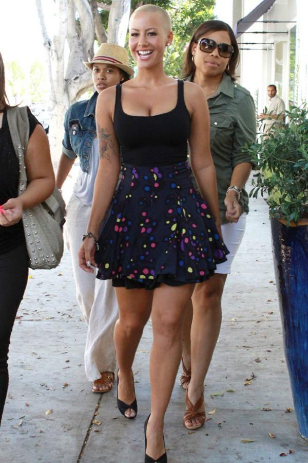 Amber u suknji i crnoj majci 6 Street Style: Amber Rose