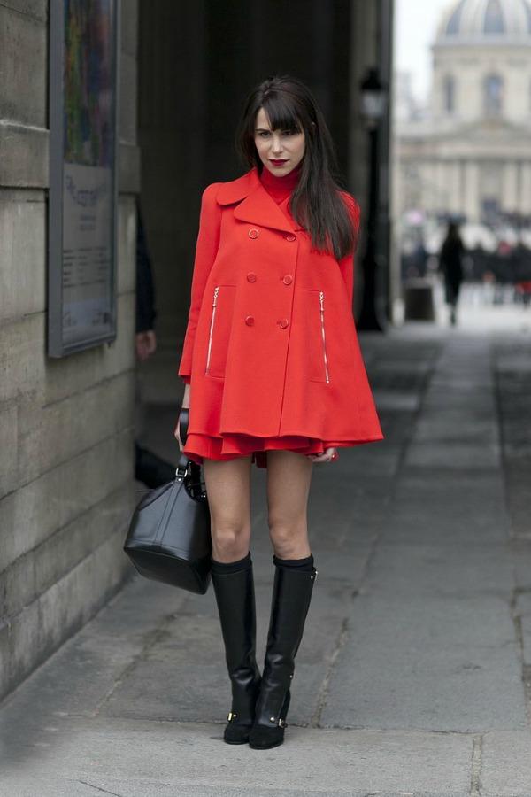 Crveni kaput Moda na ulicama Pariza