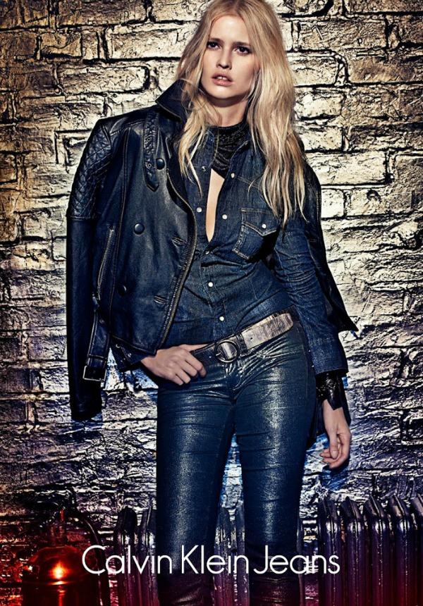 Dzins na dzins trend moze izgledati dobro Calvin Klein Jeans: Zavodljiva Lara Stone u džinsu