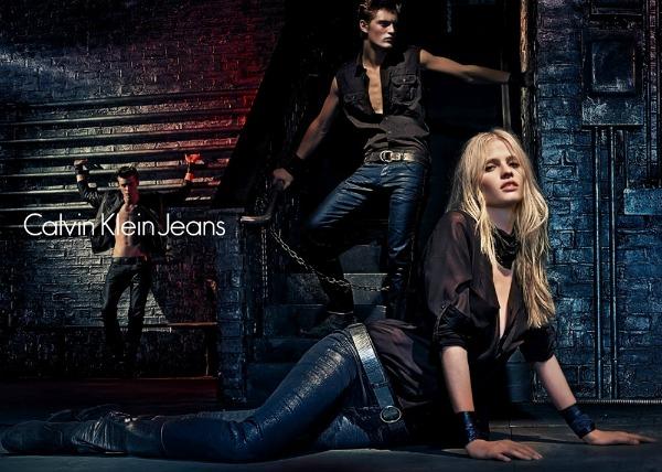 Izaberite moderan kais uz farmerke Calvin Klein Jeans: Zavodljiva Lara Stone u džinsu