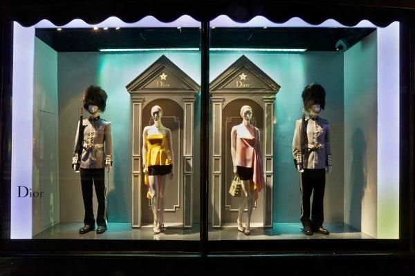 """Kombinacije iz prolećne kolekcije u izlogu Modni zalogaj: Dior invazija u robnoj kući """"Harrods"""""""