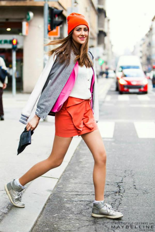 Nasmejana devojka u roze narandzastoj kombinaciji Street Style: Na ulicama urbanog Zagreba