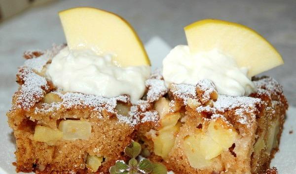 Slatki kolač sa jabukama na tanjiru Ukusne poslastice: Slatki kolač sa jabukama