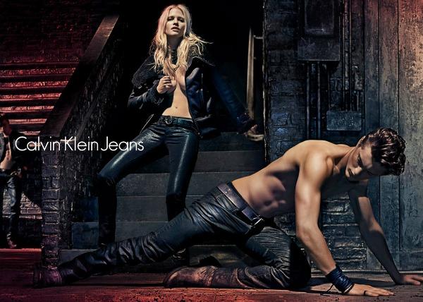 Tamne farmerke se mogu uz sve kombinovati Calvin Klein Jeans: Zavodljiva Lara Stone u džinsu