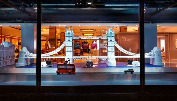"""Tauer Bridž ukrašen Lady Dior torbicama Modni zalogaj: Dior invazija u robnoj kući """"Harrods"""""""