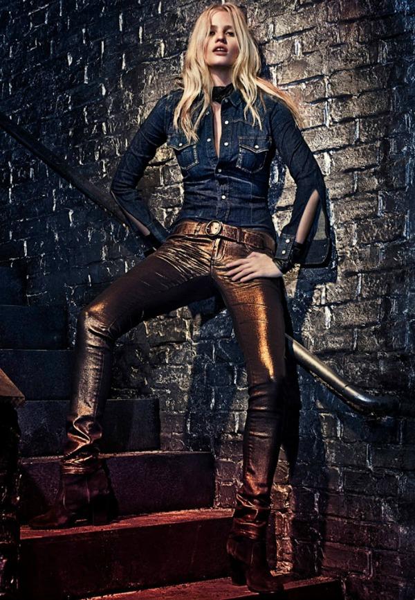 Ukoliko ne želite obični model farmerki ove sa zlatnim odsjajem su idealne Calvin Klein Jeans: Zavodljiva Lara Stone u džinsu