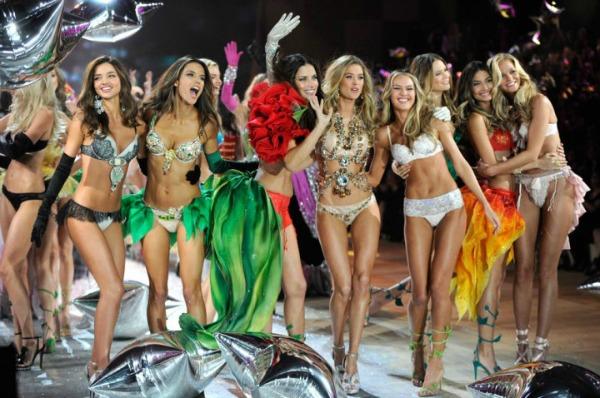nasmejane lepotice 1 Anđeoska magija: Revija Victorias Secret 2012.