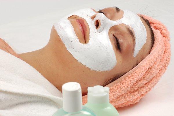 zena s maskom na licu Inovativni tretman kože: No needle karboksiterapija