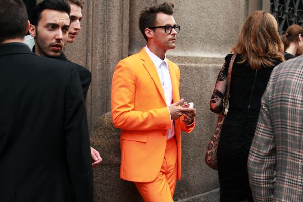 Èovek u narand¾astom odelu Muška moda: Vesela narandžasta