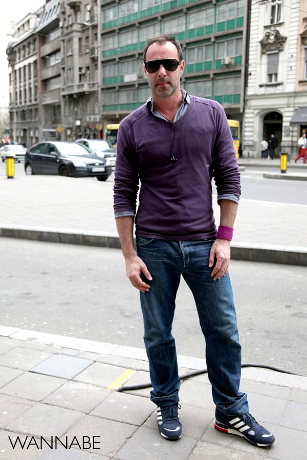 čovek u džinsu i ljubičastoj majci 2 Belgrade Style Catcher: Klasika na ulicama Beograda
