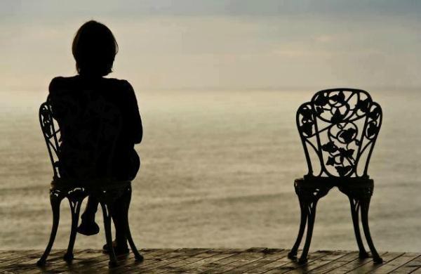 Žena na stolici.jpg Osim obaveza, zakaži i život!