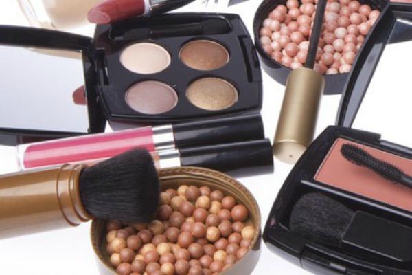 1 šminka Šta svaka devojka treba da ima u svom neseseru?