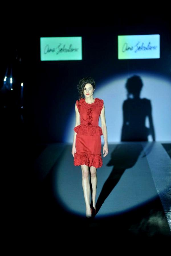 Akcenat na crvenoj haljini u polumraku 33. Perwoll Fashion Week: Ana Šekularac