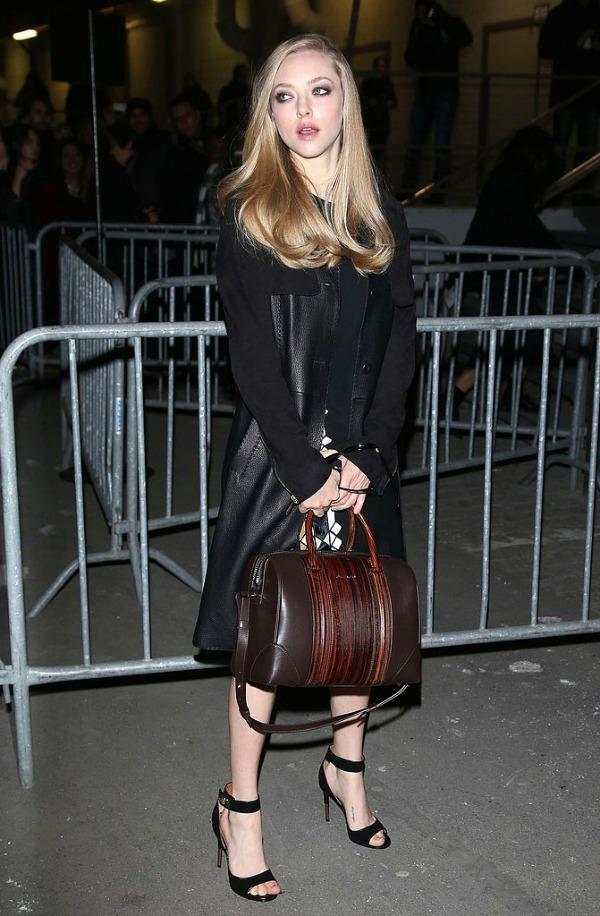 Amanda Sijfrid sa braon torbom Lucrezia: Torba za kojom sve devojke lude