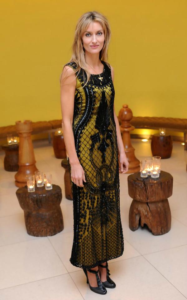 Crno zlatna 10 haljina: Natascha Mcelhone