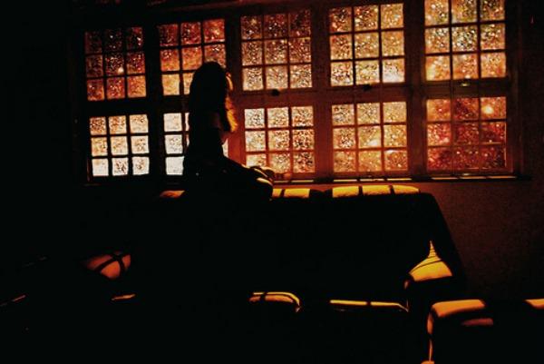 Devojka na prozoru Agonija pogrešne ljubavi