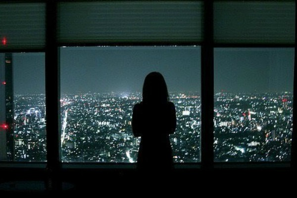Devojka na prozoru1 Tuga je dodir duha iz prošlosti