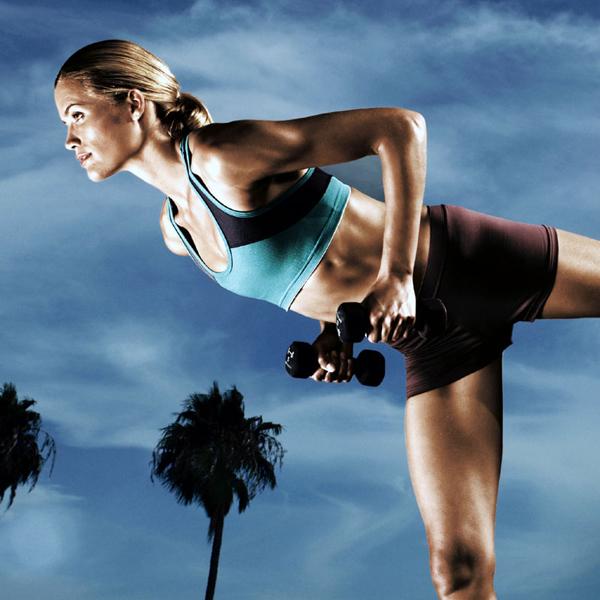 Devojka vežba sa tegovima Wannabe Fit: Deset principa bavljenja fizičkom aktivnošću