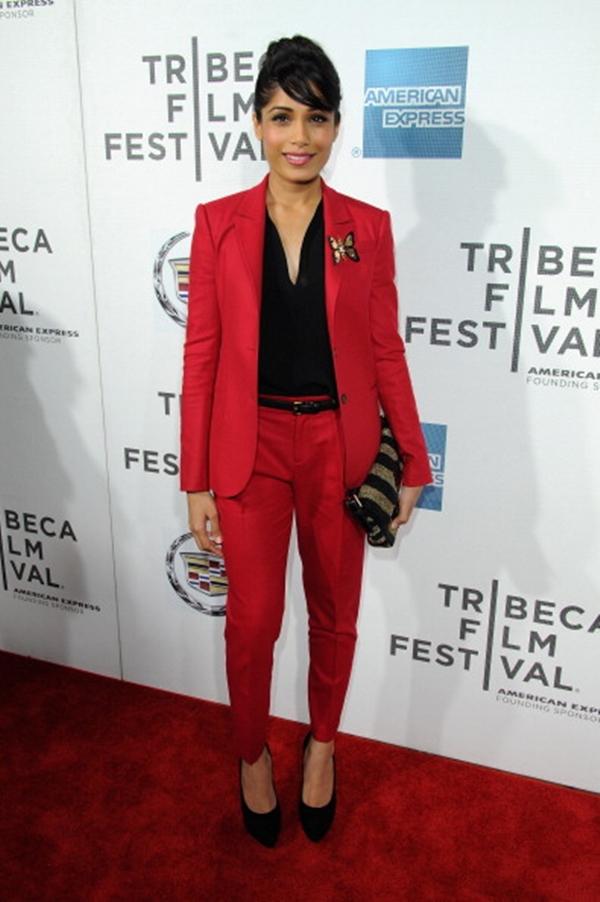 Frida Pinto u crvenom odelu Gucci Trend sa crvenog tepiha: Ženska odela