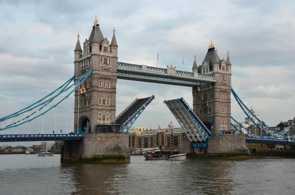 London Tower Bridge Trk na trg: Piccadilly Circus, Engleska