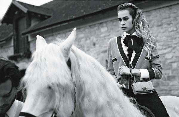 Minijaturni model sa logom kao glavnim detaljem Chanel Boy Handbags: Alice Dellal i Karl Lagerfeld su tim