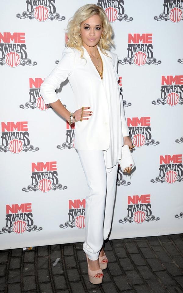 Rita Ora u belom odelu Trend sa crvenog tepiha: Ženska odela
