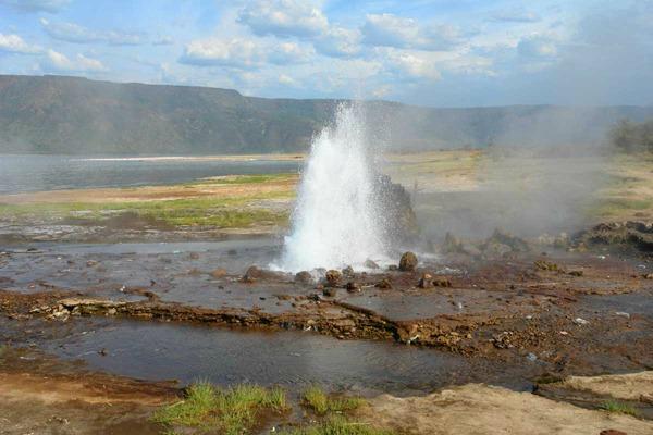 Umesto lave proključalo jezero Sve lepote zemlje safarija