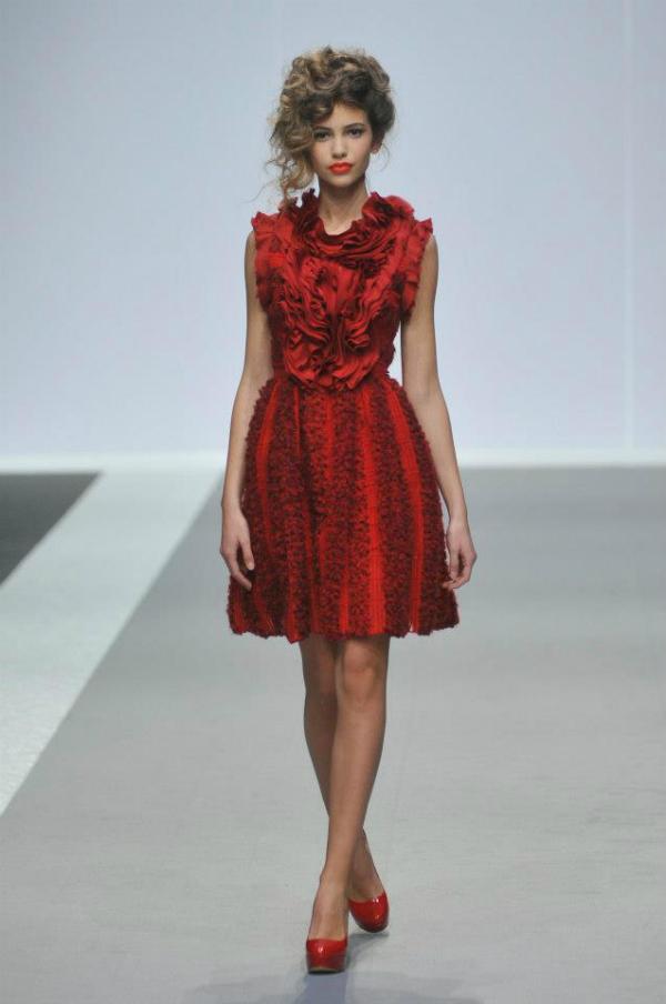 Upecatljiva crvena haljina 33. Perwoll Fashion Week: Ana Šekularac