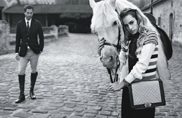 Veći model na preklop Chanel Boy Handbags: Alice Dellal i Karl Lagerfeld su tim
