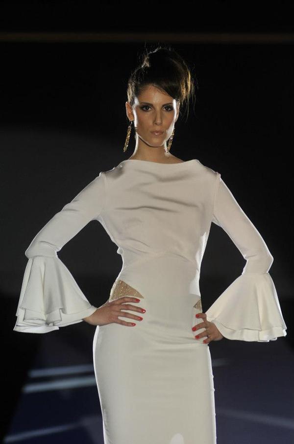 bela haljina sa trouglastim otvorima 33. Perwoll Fashion Week: Biljana Tipsarević