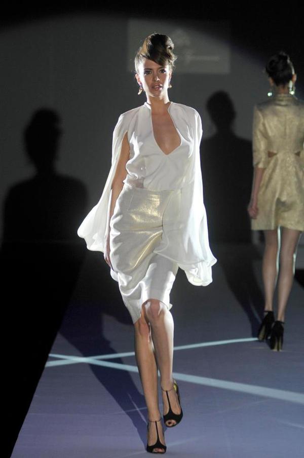 beli rukavi i uska suknja 33. Perwoll Fashion Week: Biljana Tipsarević