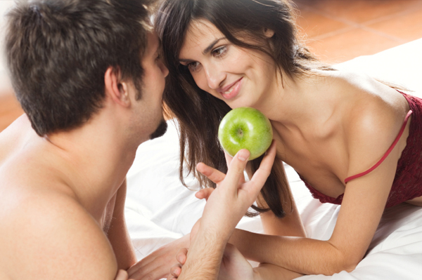 couple in bed with apple 10 zabavnih stvari koje možete da radite s dečkom u krevetu