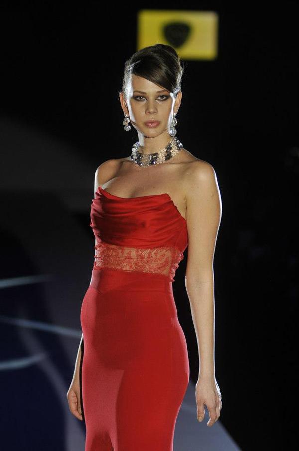 crvena haljina bez bez naramenica 33. Perwoll Fashion Week: Biljana Tipsarević
