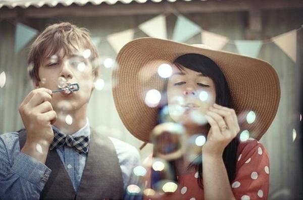 dečko i devojka se zabavljaju duvajući balončiće Pet ključnih faktora srećne veze