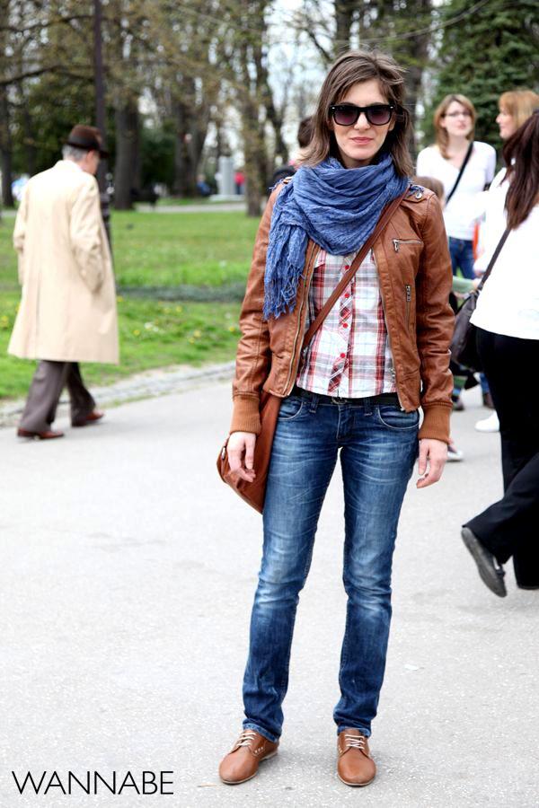 devojka u košulji i braon kožnoj jakni 7 Belgrade Style Catcher: Klasika na ulicama Beograda