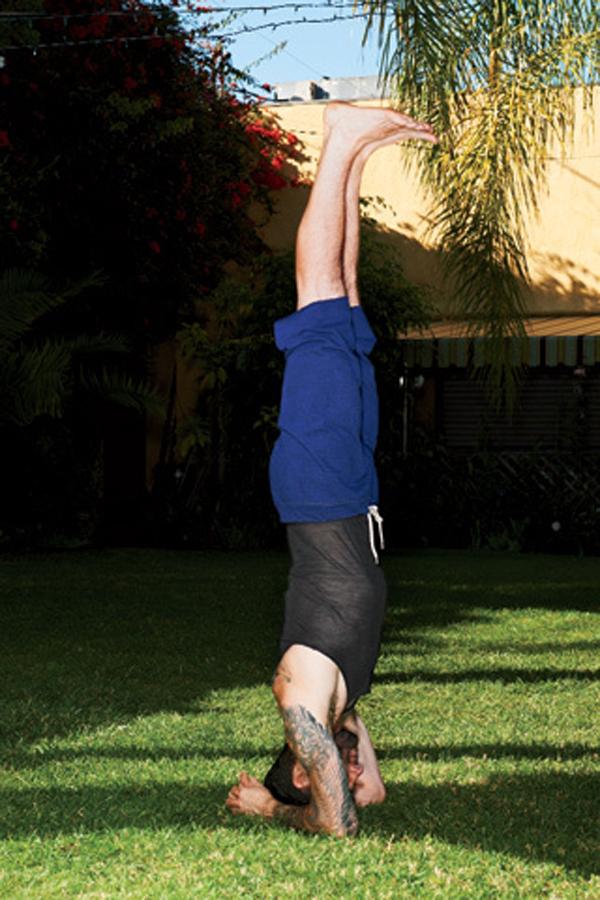 rockstar yoga 7803 320x480 Adam Levine: Joga u rok stilu