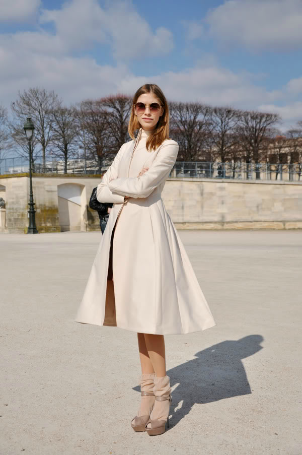 Beli kaput Street Style: Elena Perminova