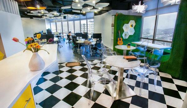 Crno beli pod i okačena gitara Poslovni prostori u znaku kreativnosti