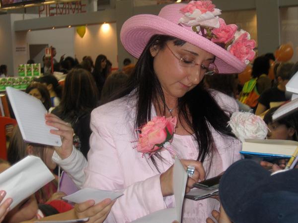 Moony Witcher potpisuje knjige1 Moony Witcher: Najmesečastija veštica na svetu (1. deo)