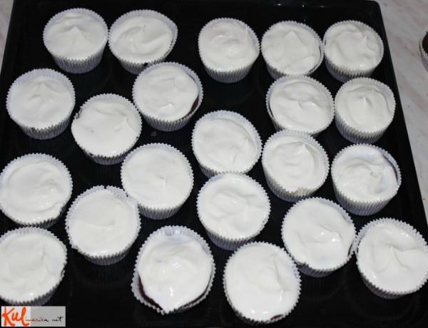 Preliv od sira kao drugi sloj Ukusne poslastice: Maskarpone tortice