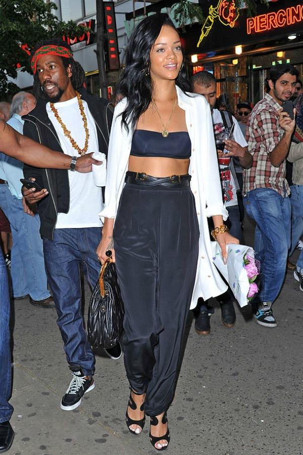 Rihanna u crnoj kombinaciji 7 Street Style: Rihanna